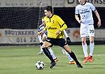 2018-02-17 / voetbal / seizoen 2017-2018 / Oosterzonen - Berchem / Gregory Carrez (voor) (Berchem) aan de bal terwijl achter hem Olivier Schops (Oosterzonen) hem in het oog houdt