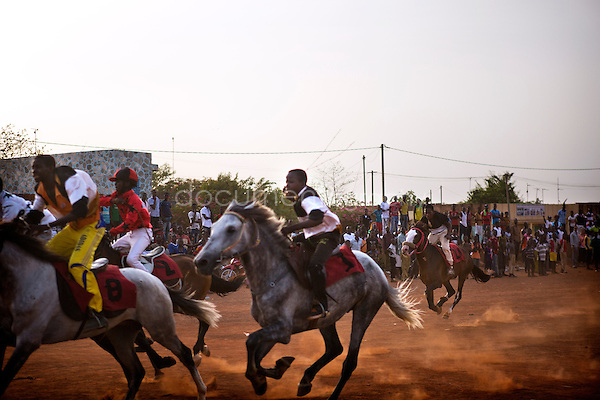 Three horse-races are scheduled in this Sunday after noon. The young jockeys fight as they can to overtake their opponents after a false start that will not put back the horse race in games.