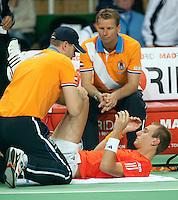 07-05-10, Tennis, Zoetermeer, Daviscup Nederland-Italie, Thiemo se Bakker wordt behandeld aan een knieblessure door fysio Erwin Visser nadat hij in de tweede set is gevallen, captain Jan Siemerink kijkt bezorgd toe