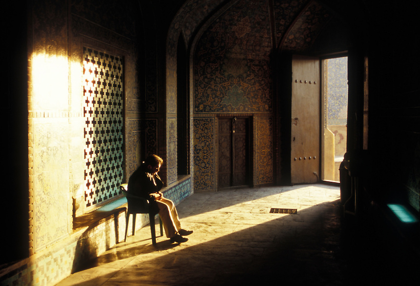 The doorman of the Sheikh Lotfollah Mosque sits in the last rays of the day's light, Esfahan, Iran, 2006. Photo: Ed Giles.
