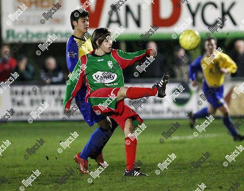2008-03-15 / Voetbal / Houtvenne - FC De Kempen / Kenny De Winter (Houtvenne) trapt de bal weg. Giovanni Huysmans komt te laat...Foto: Maarten Straetemans (SMB)