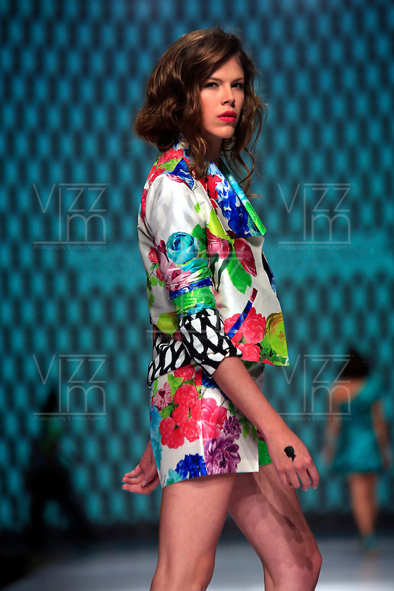 CALI - COLOMBIA - 22-10-2013: Una modelo desfila un diseño de la diseñadora colombiana Renata Lozano, durante pasarela en el Exposhow 2013, en el Centro de Eventos Valle del Pacifico que se realiza en la ciudad de Cali. (Foto: VizzorImage / Juan C. Quintero / Str.) A model presents a design by Colombian designer Renata Lozano, during Exposhow 2013, at the Centro de Eventos Valle del Pacifico to be held in the city of Cali. (Photo: VizzorImage / Juan C. Quintero / Str)