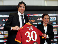 Il nuovo attaccante della Roma Luca Toni posa insieme al presidente Rosella Sensi, a destra, con la sua nuova maglia al termine della conferenza stampa di presentazione al centro sportivo di Trigoria, Roma, 2 gennaio 2010..AS Roma football team's new forward Luca Toni shows his new jersey with with club's president Rosella Sensi, right, at the end of the press conference for his official presentation at the club's sporting center on the outskirts of Rome, 2 january 2010. .UPDATE IMAGES PRESS/Riccardo De Luca
