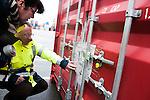 le 27 decembre 2012, Vérification des scellés et de  la provenance du conteneur par les douaniers du terminale France, Port 2000, du Havre (76)