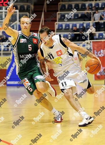 2010-11-10 / Basketbal / seizoen 2010-2011 / Sint-Jan - Gembo / Nick Celis (L, Gembo) probeert Vincent Verbeeck af te stoppen..Foto: Mpics