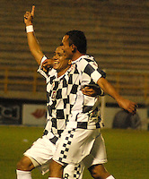TUNJA - COLOMBIA -14-02-2014: Armando Carrillo (Izq.) jugador de Boyaca Chico FC celebra el gol anotado durante partido por la fecha quinta de la Liga Postobón I 2014 realizado en el estadio La Independencia en la ciudad de Tunja. / Armando Carrillo (L) player of Boyaca Chico FC, celebrates a goal scored during match valid for the fifth date of Postobon League I 2014 at La Independencia stadium in Tunja city. Photo: VizzorImage/Jose Miguel Palencia/Str