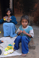 INDIA, Uttar Pradesh, Meerut, village Kurali, children of dalit families stitch football for indian sports company / INDIEN, Uttar Pradesh, Meerut, Kinder von Dalit Familien im Dorf Kurali naehen Fussbaelle fuer einen indischen Sportwarenhersteller