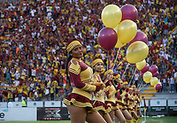 IBAGUÉ-COLOMBIA, 5-DICIEMBRE-2015.Porristas del Deportes Tolima alientan a su equipo antes de encuentro con Once Caldas por los cuartos de final vuelta  de la Liga Aguila II 2015 jugado en el estadio Manuel Murillo Toro  de la ciudad de Ibagué./ Cheerleaders of  Deportes Tolima encourages his team before meeting with Once Caldas in the quarter-final round of the 2015 Eagle II League played at the stadium Manuel Murillo Toro of Ibagué. Photo: VizzorImage / Felipe Caicedo / Staff