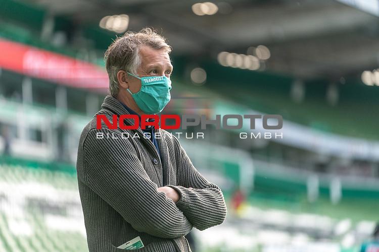 Frank Baumann (Geschäftsführer Fußball Werder Bremen) mit CORONA Gesichtsmaske Aufschrift Teamgeist in Gruen<br /> <br /> Sport: Fussball: 1. Bundesliga: Saison 19/20: <br /> 26. Spieltag: SV Werder Bremen vs Bayer 04 Leverkusen, 18.05.2020<br /> <br /> Foto ©  gumzmedia / Nordphoto / Andreas Gumz / POOL <br /> <br /> Nur für journalistische Zwecke! Only for editorial use!<br />  DFL regulations prohibit any use of photographs as image sequences and/or quasi-video.