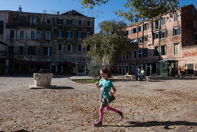 Venezia - Ghetto. Una bambina gioca in  Campo del Ghetto Novo