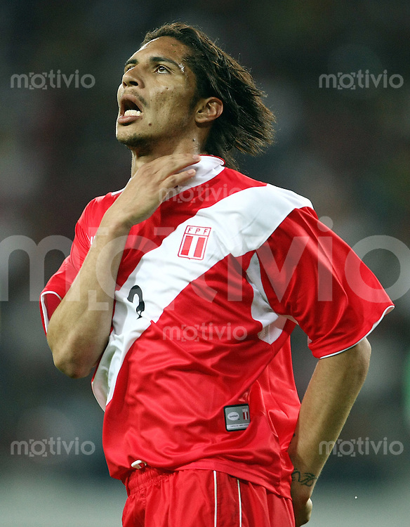 Fussball   International   42. Copa America   Peru - Bolivien         Paolo GUERRERO (PER) wuerde sich am liebsten erwuergen nach einer vergebenen Torchance.