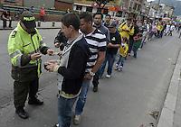 BOGOTÁ -COLOMBIA. 15-06-2014. Un oficial de policía revisa el documento de identidad de un colombiano en la entrada del puesto de votación en Corferias Bogota antes de ingresar a ejercer su derecho al voto durante la segunda vuelta de la elección de Presidente y vicepresidente de Colombia que se realiza hoy 15 de junio de 2014 en todo el país./ A police officer checks the ID of a colombian citizen at the entry of polling station in Corferias Bogota before entering to exerts his right to vote during the second round of the election of President and vice President of Colombia that takes place today June 15, 2014 across the country. Photo: VizzorImage/ Gabriel Aponte / Staff