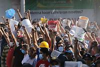 MEX60. CIUDAD DE MÉXICO (MÉXICO), 19/09/2017.- Cientos de personas ofrecen su apoyo para rescatar personas con vida de los edificios colapsados en Ciudad de México (México) hoy, martes 19 de septiembre de 2017, tras un sismo de magnitud 7,1 en la escala de Richter, que sacudió fuertemente la capital mexicana y causó escenas de pánico justo cuanto se cumplen 32 años de poderoso terremoto que provocó miles de muertes. Las autoridades mexicanas elevaron hoy a 119 el número de muertos por el terremoto de magnitud 7,1 en la escala de Richter que sacudió hoy con violencia el centro del país. EFE/Jorge Dan López