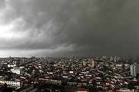 SAO PAULO, SP. 17 DE JANEIRO 2012. CLIMA TEMPO. Ceu com nuvens escuras no Jabaquara, regiao sul de SP, na tarde desta terca-feira, 17. FOTO MILENE CARDOSO - NEWS FREE