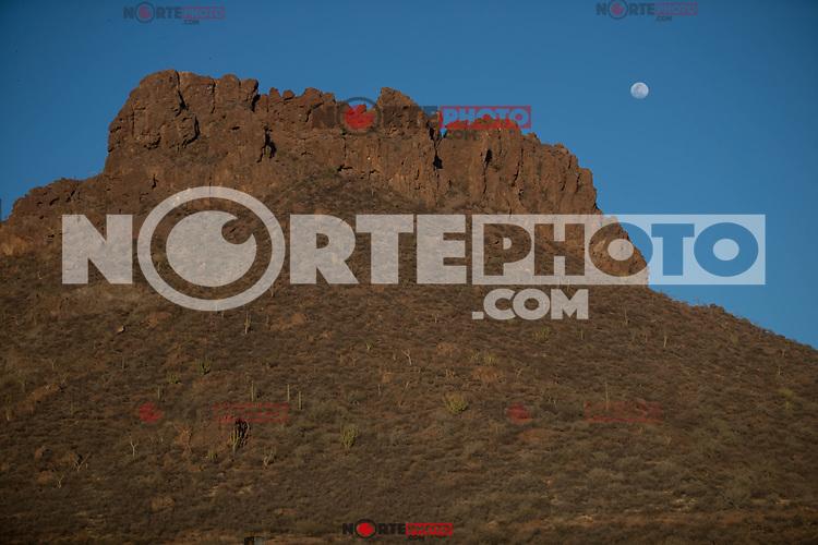 Full moon, sunrise view over the orange colored rocks and sparse desert vegetation in San Carlos, Sonora, Mexico.<br /> Luna llena, vista al amanecer sobre las rocas color naranja y escasa vegetacion del desierto en San Carlos, Sonora, Mexico.<br /> (Photo: Luis Gutierrez / NortePhoto.com)