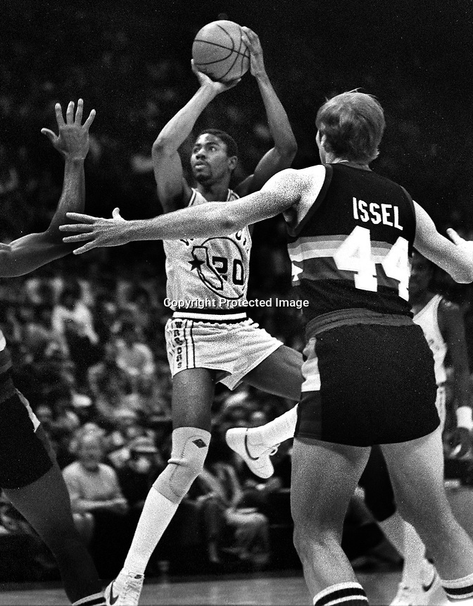 Golden State Warriors Pace Mannion against the Denver Rockets..Dan Issel guarding..(1983 photo/Ron Riesterer)
