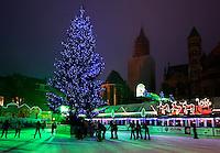 Kerstmarkt Winterland in Maastricht. IJsbaan met kerstboom
