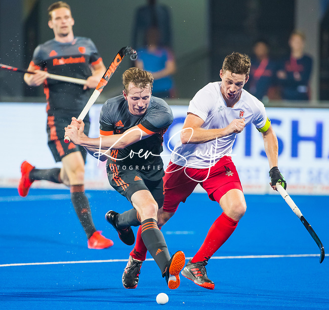 BHUBANESWAR (INDIA) -  Seve van Ass (Ned) in duel met Scott Tupper (Can) tijdens Nederland-Canada (5-0) bij het WK Hockey heren.  COPYRIGHT KOEN SUYK