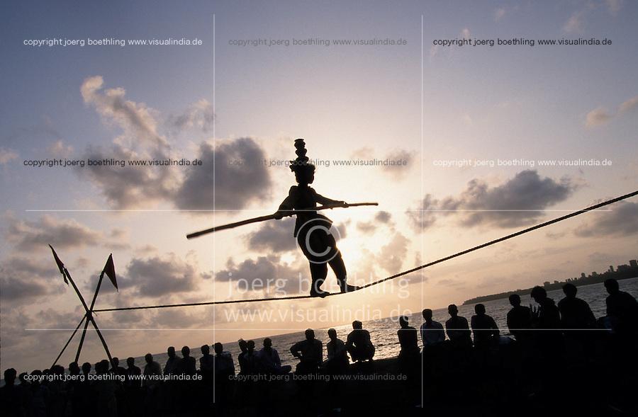 INDIA Mumbai Bombay, girl and her family earn money with street acrobatics at Marine Drive the sea promenade, rope dance / INDIEN Mumbai Bombay, Maedchen und ihre Familie verdient Geld durch Strassenakrobatik am Marine Drive, Seiltanz