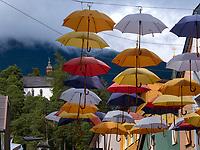 Kirche am Bergl, Kramergasse mit Schirmen in Imst, Tirol, &Ouml;sterreich, Europa<br /> Laurentius church, umbrella decoration Kramergasse , Imst, Tyrol, Austria, Europe