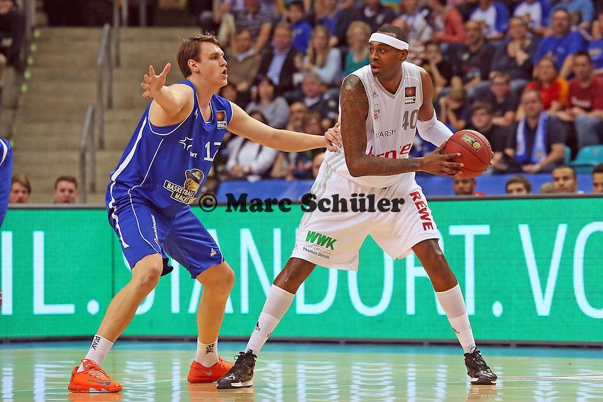 Johannes Voigtmann (Skyliners) verteidigt gegen D'Or Fischer (Bamberg) - Fraport Skyliners vs. Brose Baskets Bamberg, Fraport Arena Frankfurt