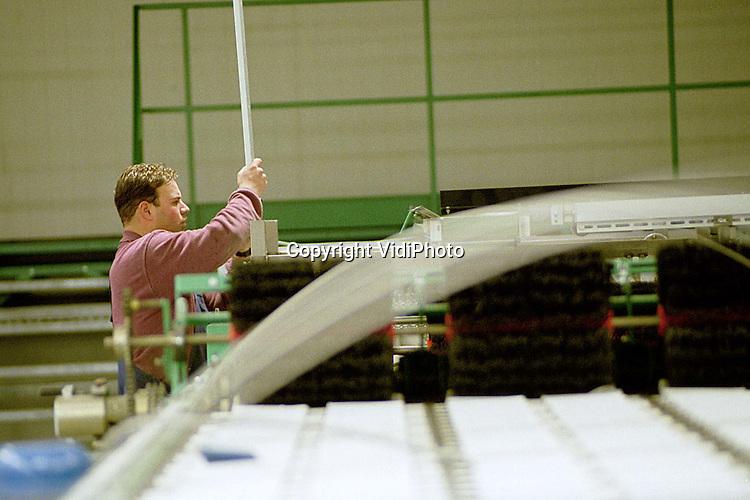 Foto: VidiPhoto..GELDERMALSEN - Personeel van de gespecialiseerde machinebedrijven Burg uit het Zeeuwse Oostdijk en Freefa uit Tricht, werkt met man en macht aan het ultra-moderne sorteer- en pakstation van Fruitmasters in Geldermalsen. De capaciteit van de modernste sorteerder van Nederland is 18 ton appels per uur; drie keer zo veel als nu. Eind deze maand moet de computergestuurde machinerie foutloos werken. De kosten van de nieuwe, 2 hectare grote, afdeling bedragen 22 miljoen gulden.