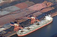4415/Hansaport: EUROPA, DEUTSCHLAND, HAMBURG  22.01.2006  Der Hamburger Hafen ist mit einem Volumen von jaehrlich mehr als 115 Mio.t ein zentraler Umschlagplatz für Gueter aus allen Laendern. Als offener Hafen darin integriert ist HANSAPORT Spezialist für Eisenerz und Kohle...15,6 m Wassertiefe am 760 m langen Seeschiffkai stellen auch grosse Schiffe bei Niedrigwasser nicht vor Probleme. Drei Loeschbruecken zu je 32 t Hakenlast sorgen für die schnelle Entladung der Seeschiffe. Speziell geschultes und zur Zolltreue verpflichtetes Fachpersonal garantiert die korrekte Abwicklung...Fuer Gueter, die zu Lager genommen werden, stehen 350.000 m² Freilager zur Verfuegung