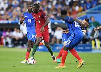 FUSSBALL EURO 2016 FINALE IN PARIS  Portugal 1-0 Frankreich     10.07.2016 Eder (Mitte Nr.9, Portugal) gegen Laurent Koscielny (re hinten, Frankreich) auf dem Weg zum entscheidenden Tor zum 1-0 beobachtet von Paul Pogba (li hinten, Frankreich) und Samuel Umtiti  (Mitte vorn, Frankreich)
