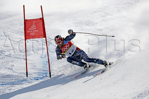 20 February 2006: American skier Eric Schlopy (USA) rounds a gate during his first run in the Men's Giant Slalom at the Sestriere sub-area Colle during the 2006 Turin Winter Olympics. Photo: Neil Tingle/actionplus..060220 torino male man men ski skiing snow