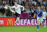 FUSSBALL  EUROPAMEISTERSCHAFT 2012   HALBFINALE Deutschland - Italien              28.06.2012 Marco Reus (li, Deutschland) gegen Leonardo Bonucci (re, Italien)
