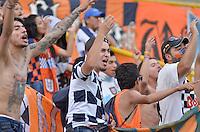 TUNJA -COLOMBIA, 21-03-2016. Hinchas de Boyacá Chicó FC animan a su equipo durante el encuentro con Patriotas FC por la fecha 10 Liga Águila I 2016 realizado en el estadio La Independencia en Tunja. / Fans of Boyaca Chico FC cheer for their team during match against Patriotas FC for the date 10 of Aguila League I 2016 played at La Independencia stadium in Tunja. Photo: VizzorImage/César Melgarejo/Cont