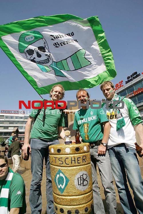 DFB Pokalendspiel 2004  in Berlin<br /> <br /> Werder Bremen - Alemannia Aachen<br /> <br /> Bereits vor dem Spiel stimmten sich die Fans von Werder Bremen auf das Finale bei der Berliner Ged&scaron;chtniskirche auf das Spiel ein<br /> <br /> Fans aus Bremer Umgebung kŁhlten sich vor dem Spiel ab, und zeigten schon einmal den Pokal, der an die Weser soll<br /> <br /> <br /> <br /> Foto &copy; nordphoto <br /> <br /> <br /> <br />  *** Local Caption *** Foto ist honorarpflichtig! zzgl. gesetzl. MwSt.<br /> <br />  Belegexemplar erforderlich<br /> <br /> Adresse: nordphoto<br /> <br /> Georg-Reinke-Strasse 1<br /> <br /> 49377 Vechta