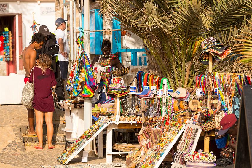 Cabo Verde, Kaap Verdie, KaapVerdie, sal kaapverdie santa maria 2017<br /> Santa Maria, officieel  is een plaats in het zuiden van het Kaapverdische eiland Sal met 6.272 inwoners. Met de opkomst van het toerisme heeft de plaats bekendheid gekregen en is het toerisme de voornaamse inkomstenbron<br /> Kaapverdi&euml;, dat behoort tot de geografische regio Ilhas de Barlavento<br />   foto  Michael Kooren<br /> beach, beach life, caipirinha's, cocktail, cocktailbar, popular,  painters, artist Senegal,