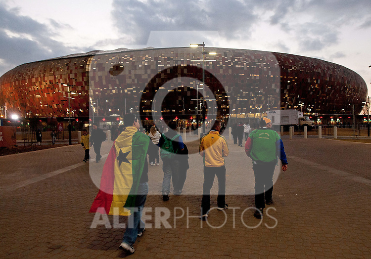 02.07.2010, Soccer City Stadium, Johannesburg, RSA, FIFA WM 2010, Viertelfinale, Uruguay (URU) vs Ghana (GHA) im Bild das Soccer City Stadion in Johannesburg, Feature, Fans gehen ins Stadion,  Foto: nph /   Vid Ponikvar, ATTENTION! Slovenia OUT