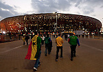02.07.2010, Soccer City Stadium, Johannesburg, RSA, FIFA WM 2010, Viertelfinale, Uruguay (URU) vs Ghana (GHA) im Bild das Soccer City Stadion in Johannesburg, Feature, Fans gehen ins Stadion,  Foto: nph /   Vid Ponikvar, ATTENTION! Slovenia OUT