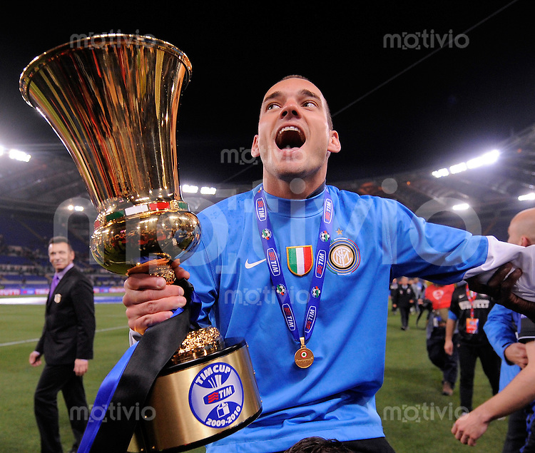 FUSSBALL INTERNATIONAL   SERIE A   SAISON 2009/2010    FINALE COPPA Italia Inter Mailand - AS Rom      05.05.2010 JUBEL mit dem Pokal Wesley Sneijder  (Inter)
