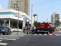 SÃO PAULO - SP - 28 DE DEZEMBRO 2012. TANQUE DOS BOMBEIROS, faz curva e bate em carro estacionado em lugar proíbido na Av Vieira de Moraes X Rua Cristovão Pereira - Campo Belo - zona sul. FOTO: MAURICIO CAMARGO / BRAZIL PHOTO PRESS.