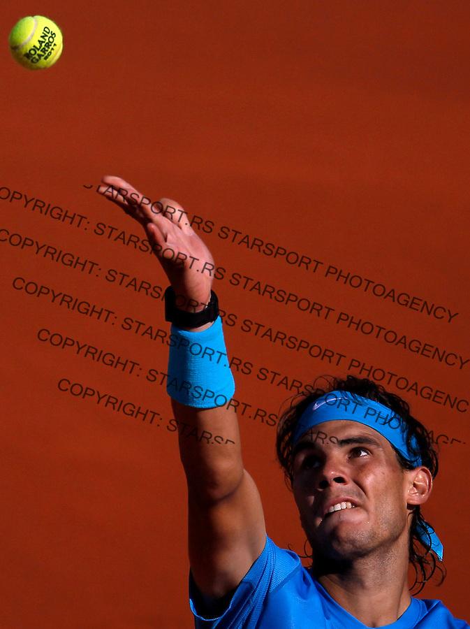 Tenis, Roland Garros 2011.Rafael Nadal (ESP) Vs. Robert Soderling (SWE).Rafael Nadal, serves the ball.Paris, 01.06.2011..foto: Srdjan Stevanovic/Starsportphoto ©