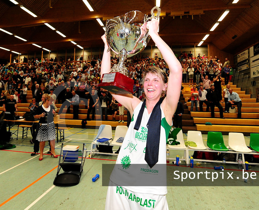 Dames Basket Waregem - Sint-Katelijne-Waver : Waregem Kampioen : Irena Medvedeva trots op haar behaalde titel.foto VDB / BART VANDENBROUCKE
