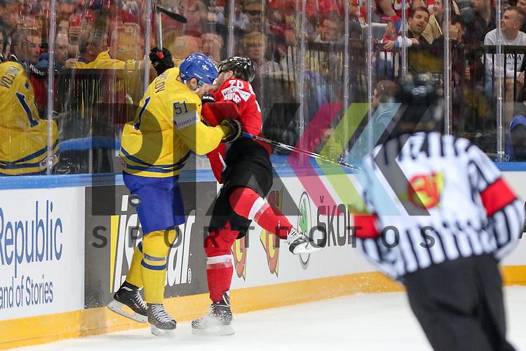 Schweizs Hollenstein, Denis (Nr.70) im Zweikampf mit Schwedens Ahnelov, Jonas (Nr.51)  im Spiel IIHF WC15 Schweiz vs. Schweden.<br /> <br /> Foto &copy; P-I-X.org *** Foto ist honorarpflichtig! *** Auf Anfrage in hoeherer Qualitaet/Aufloesung. Belegexemplar erbeten. Veroeffentlichung ausschliesslich fuer journalistisch-publizistische Zwecke. For editorial use only.