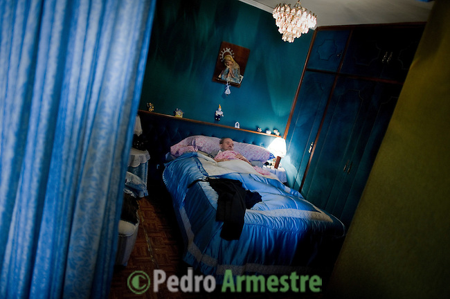 SPAIN, Madrid : Spanish Vicente Torres, 73, lies in his bed in his appartment in Madrid on April 18, 2012. Torres, who is severy ill and underwent a recent heart surgery, faces an eviction from his house. Eviction procedures in Spanish courts for unpaid mortgages and rent hit a record of 58,241 in 2011, a 21.2 percent rise over the previous year. Evictions have soared in Spain since the collapse of a property bubble in 2008 that triggered the country's economic crisis. (c) Pedro ARMESTRE