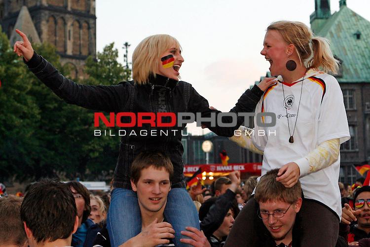 UEFA Euro 2008 Group B Fanmeile Bremen Match 25 <br /> <br /> Portugal ( POR ) - Deutschland ( GER ) <br /> Portugal vs. Germany<br /> <br /> Fanmeile und Public Viewing in Bremen.<br /> Fans feiern das 2:0 der Deutschen Mannschaft.<br /> <br /> Foto &copy; nph (  nordphoto  ) *** Local Caption ***