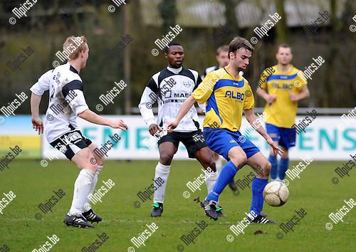 2011-03-13 / Voetball / seizoen 2010-2011 / FC De Kempen  - Witgoor Dessel / Niels Bekkema (r, De Kempen) aan de bal...Foto: Mpics