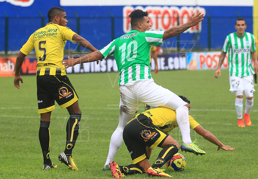FLORIDABLANCA -COLOMBIA, 03-08-2014.  Camilo Andres Ayala (abajo) y David Valencia Figueroa (Izq) jugadores de Alianza Petrolera disputan el balón con Edwin Cardona (#10) de Atlético Nacional durante encuentro  por la fecha 3 de la Liga Postobon II 2014 disputado en el estadio Alvaro Gómez Hurtado de la ciudad de Floridablanca./ Alianza Petrolera players Camilo Andres Ayala (down) and David Valencia Figueroa (L) fight for the ball with Atletico Nacional player Edwin Cardona (#10) during match for the 3th date of the Postobon League II 2014 played at Alvaro Gomez Hurtado stadium in Floridablanca city Photo:VizzorImage / Duncan Bustamante / STR