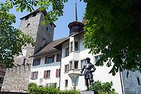 CHE, Schweiz, Kanton Bern, Berner Oberland, Spiez: Schloss Spiez mit Standbild Adrian von Bubenberg | CHE, Switzerland, Bern Canton, Bernese Oberland, Spiez: castle Spiez with statue Adrian von Bubenberg