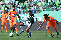 PALMIRA - COLOMBIA, 05-05-2019: Ivan Ibañez del Cali disputa el balón con Jairo Palomino y Francisco Baez de Envigado durante partido entre Deportivo Cali y Envigado F.C. por la fecha 20 de la Liga Águila I 2019 jugado en el estadio Deportivo Cali de la ciudad de Palmira. / Ivan Ibañez of Cali vies for the ball with Jairo Palomino and Francisco Baez of Envigado during match between Deportivo Cali and Envigado F.C. for the date 20 as part of Aguila League I 2019 played at Deportivo Cali stadium in Palmira city .  Photo: VizzorImage/ Nelson Rios / Cont