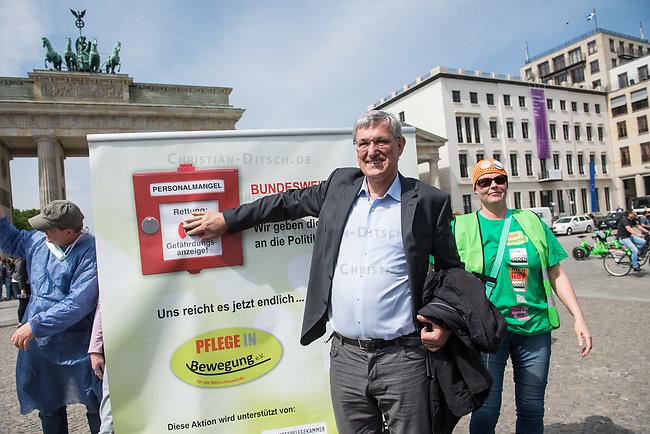 Pflege in Bewegung - Bundesweite Gefaehrdungsanzeige.<br /> Am Freitag den 12. Mai fand in Berlin zum &quot;Internationaler Tag der Pflege&quot; die Abschlussveranstaltung der Aktionskampagne &quot;bundesweite Gefaehrdungsanzeige&quot; am Brandenburger Tor statt.<br /> Neben Redebeitraegen von Politik gab es es Statements von Initiatoren der Kampagne und Aktivisten der Pflegeszene, sowie Politiker der Linkspartei, der SPD und der Gruenen. Erstmals wurde das Strategiepapier &quot;Zukunft(s)Pflege&quot; oeffentlich vorgestellt.<br /> Im Anschluss wurden ueber 8.500 Unterschriften im Bundesgesundheitsministerium uebergeben.<br /> Im Bild: Bernd Riexinger, Parteivorsitzender der Linkspartei drueckt den Alarmknopf fuer die Gefaehrdungsanzeige.<br /> 12.5.2017, Berlin<br /> Copyright: Christian-Ditsch.de<br /> [Inhaltsveraendernde Manipulation des Fotos nur nach ausdruecklicher Genehmigung des Fotografen. Vereinbarungen ueber Abtretung von Persoenlichkeitsrechten/Model Release der abgebildeten Person/Personen liegen nicht vor. NO MODEL RELEASE! Nur fuer Redaktionelle Zwecke. Don't publish without copyright Christian-Ditsch.de, Veroeffentlichung nur mit Fotografennennung, sowie gegen Honorar, MwSt. und Beleg. Konto: I N G - D i B a, IBAN DE58500105175400192269, BIC INGDDEFFXXX, Kontakt: post@christian-ditsch.de<br /> Bei der Bearbeitung der Dateiinformationen darf die Urheberkennzeichnung in den EXIF- und  IPTC-Daten nicht entfernt werden, diese sind in digitalen Medien nach &sect;95c UrhG rechtlich geschuetzt. Der Urhebervermerk wird gemaess &sect;13 UrhG verlangt.]