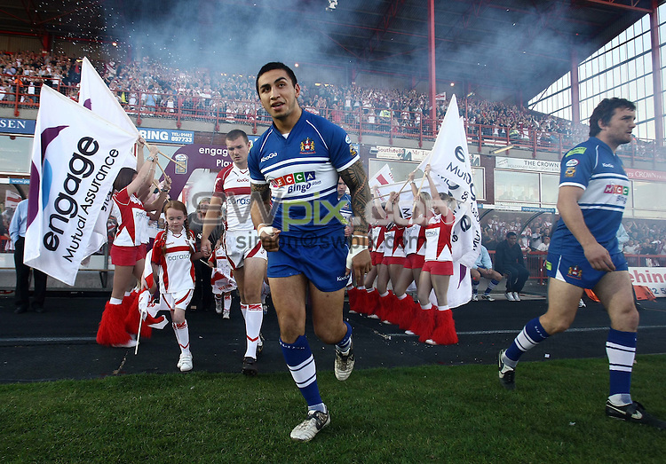 PICTURE BY VAUGHN RIDLEY/SWPIX.COM - Rugby League - Super League Playoffs - Hull KR v Wigan - Craven Park, Hull, England  - 26/09/09...Copyright - Simon Wilkinson - 07811267706...The teams run out onto the pitch.