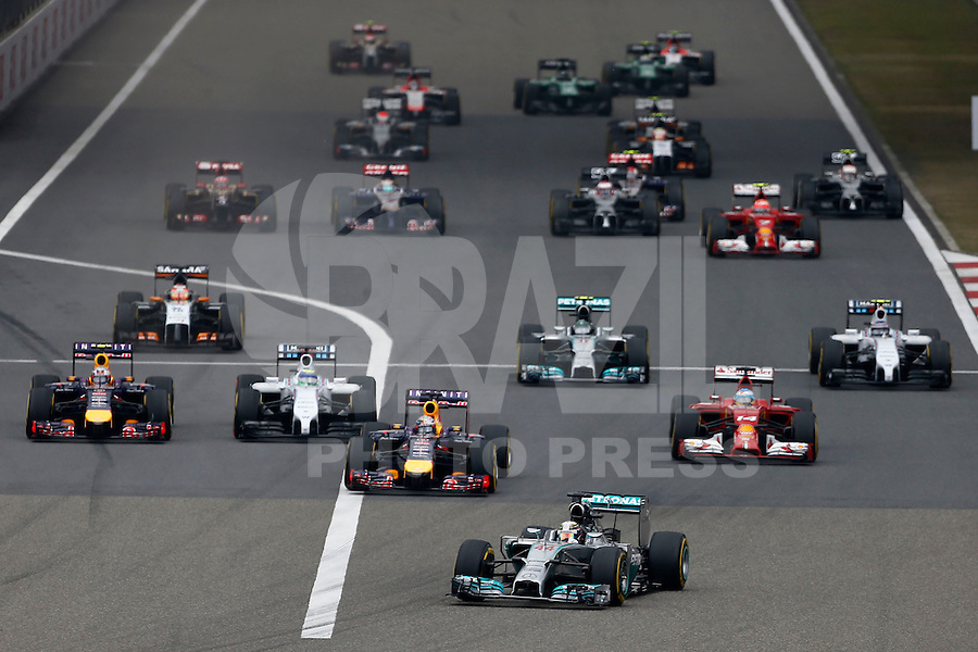 SHANGHAI, CHINA, 20.04.2014 - FORMULA 1 - GP DA CHINA -  O piloto da Mercedes, o britânico Lewis Hamilton (a frente) no GP da China de Fórmula 1, realizada no circuito internacional de Xangai, neste domingo, 20. (Foto: Pixathlon / Brazil Photo Press).