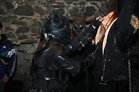 Jessi wird bei der Show im Folterturm an das Andreaskreuz gefesselt und in der Nase gepopelt - Mühltal 03.11.2018: Halloween auf der Burg Frankenstein